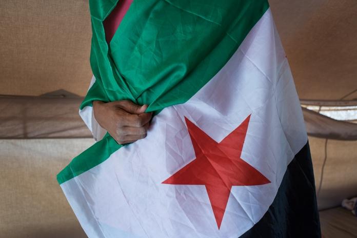 Un refugie Syrien du camp de Zaatari, dans le Nord de la Jordanie envelope dans le drapeau de l'Armee syrienne libre